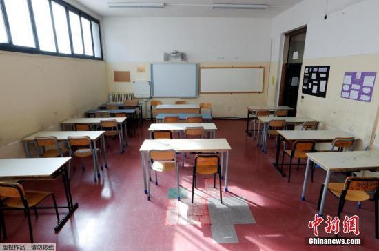 意大利政府宣布从5日起关闭全国所有学校,直至本月中旬。意大利教育部长露西娅·阿佐利纳4日在记者会上宣布,由于疫情原因,意大利全国中小学和高校从3月5日起暂时关闭,直至本月15日。图为关闭学校空无一人的教室。