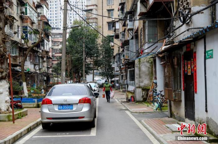 3月6日,武汉汉阳长航新村社区,一位市民提着购买的物资回家。<a target='_blank' href='http://www.chinanews.com/'>中新社</a>记者 张畅 摄
