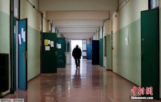 意大利教育部長露西婭·阿佐利納3月4日在記者會上宣布,由于疫情原因,意大利全國中小學和高校從3月5日起暫時關閉,直至本月15日。