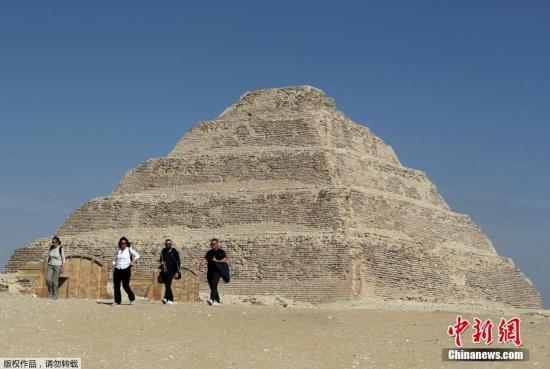 3月5日埃及旅游和文物部宣布,位于首都开罗以南塞加拉地区的阶梯金字塔修复完成。图为游客在修复完成后的阶梯金字塔前游览。