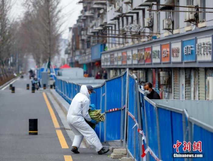 3月6日,武汉汉阳鹦鹉大道,志愿者正在给居民送生活物资 。<a target='_blank' href='http://www.synthninja.com/'>中新社</a>记者 张畅 摄