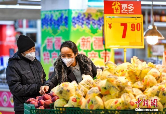 3月7日,新疆烏魯木齊市天山區一大型超市,市民在選購水果。<a target='_blank' href='http://www.ysteoy.tw/'>中新社</a>記者 劉新 攝