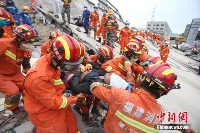 3月8日,福建泉州欣佳快捷酒店坍塌事故现场,厦门消防救出被困男子。