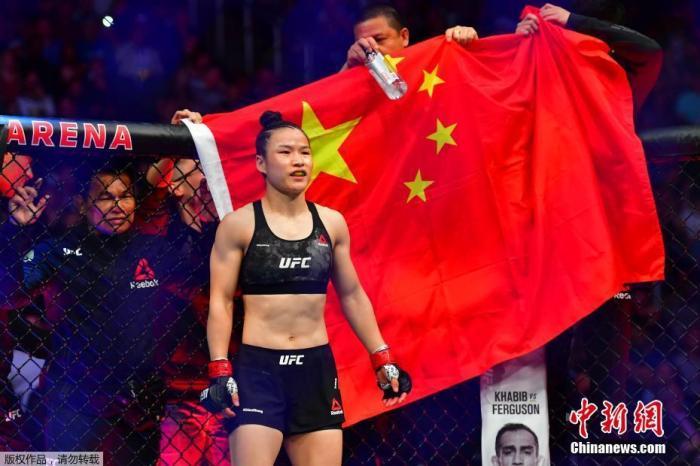北京时间3月8日,中国首位UFC冠军张伟丽在美国拉斯韦加斯举行的UFC248站女子草量级世界冠军卫冕战上,在五个回合里以点胜击败波兰选手乔安娜,成功卫冕。去年8月,张伟丽在深圳用时不到1分钟就KO了现役王者安德拉德,创造了中国格斗历史。
