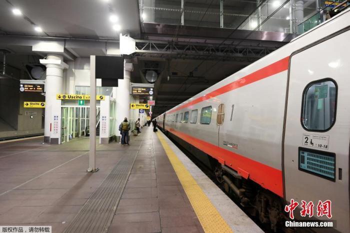 据外国媒体报道,当地时间3月8日,意大利总理朱塞佩·孔特签署法令,为遏制新冠肺炎疫情蔓延,意大利全面实行隔离,伦巴第大区及其他14个省的高达1600万人受到影响。图为一列开往罗马的列车抵达博洛尼亚站台。