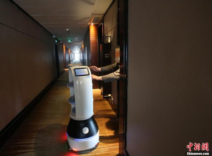 智能机器人忙着给留观人员运送中药。 李风 摄
