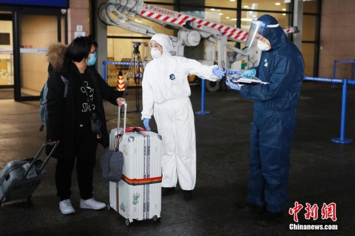 """探访上海严防境外输入""""130模式"""":机场两周转运3801人"""