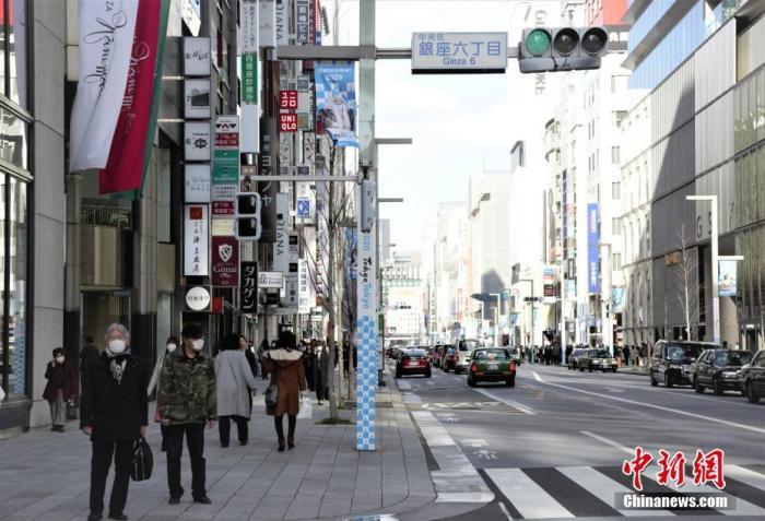 近期,新冠肺炎疫情在日本有扩散之势,民众纷纷戴上口罩出行。图为日本东京街头过马路的行人。<a target='_blank' href='http://www.chinanews.com/'>中新社</a>记者 吕少威 摄