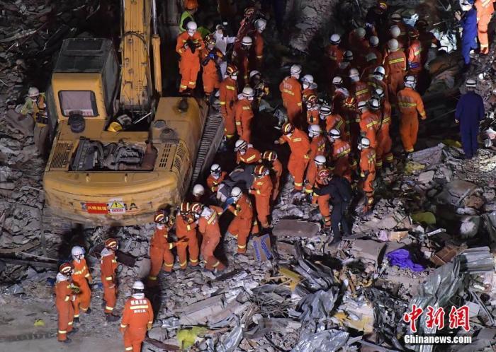 原料图:福建省泉州市欣佳酒店楼体坍塌事故声援现场。张斌 摄
