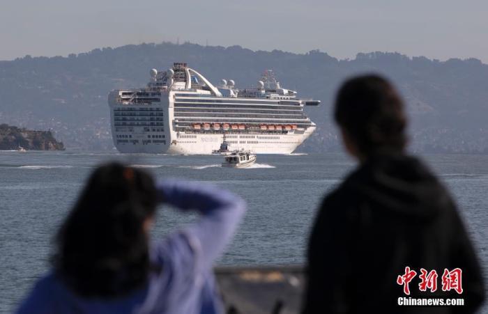 """当地时间3月9日,刚刚穿过旧金山金门大桥的""""至尊公主号""""邮轮往奥克兰港方向行驶。中新社记者 刘关关 摄"""