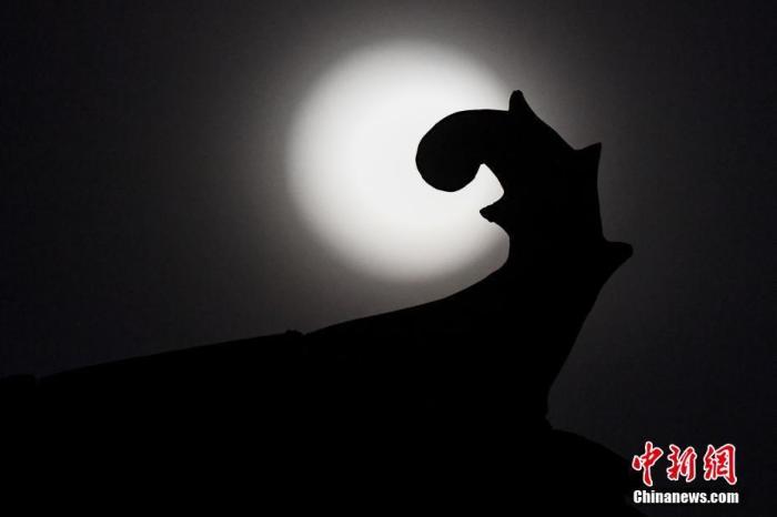 资料图:一轮圆月。<a target='_blank' href='http://www.chinanews.com/'>中新社</a>记者 韦亮 摄