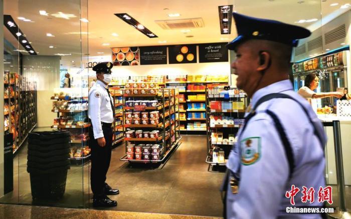 3月9日,菲律宾总统府发布杜特尔特总统于8日签署的公告。公告称,鉴于菲卫生部已确认新冠肺炎疫情在菲出现本地传播的迹象,杜特尔特总统宣布全国进入公共卫生紧急状态。图为当晚9时,平日里热闹的马尼拉CBD马卡蒂绿带商场人流骤减。<a target='_blank' href='http://www.chinanews.com/'>中新社</a>记者 关向东 摄