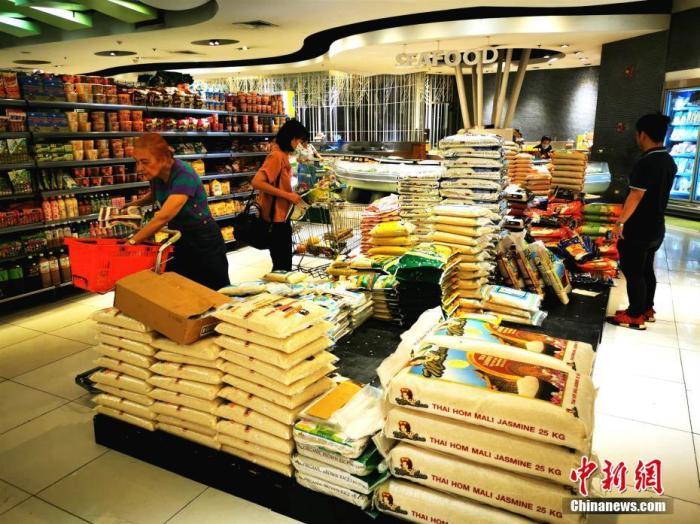 3月10日,位于马尼拉CBD马卡蒂的LANDMARK生活超市,平日堆满货架的大米,被市民抢购走不少。因应新冠肺炎疫情在菲出现本地传播迹象,菲律宾总统杜特尔特9日宣布全菲进入公共卫生紧急状态。<a target='_blank' href='http://www.chinanews.com/'>中新社</a>记者 关向东 摄