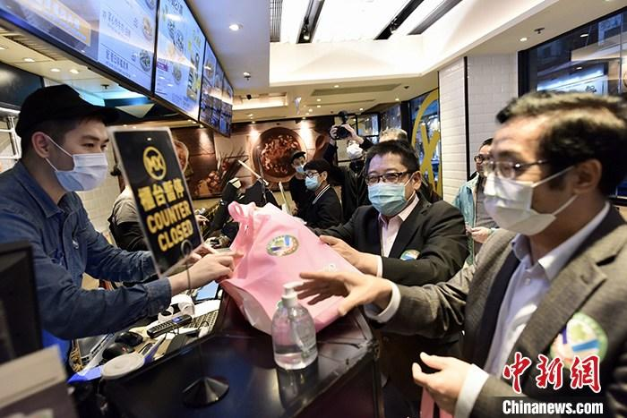 """3月11日下午,嘉宾于香港上环社区为食肆员工派发抗疫用品。由港岛各界社会团体及人士成立的""""港岛抗疫联动""""启动为期一周的香港岛社区商户探访,期间将派发35万个口罩给区内商户及街坊。<a target='_blank' href='http://www.chinanews.com/'>中新社</a>记者 李志华 摄"""