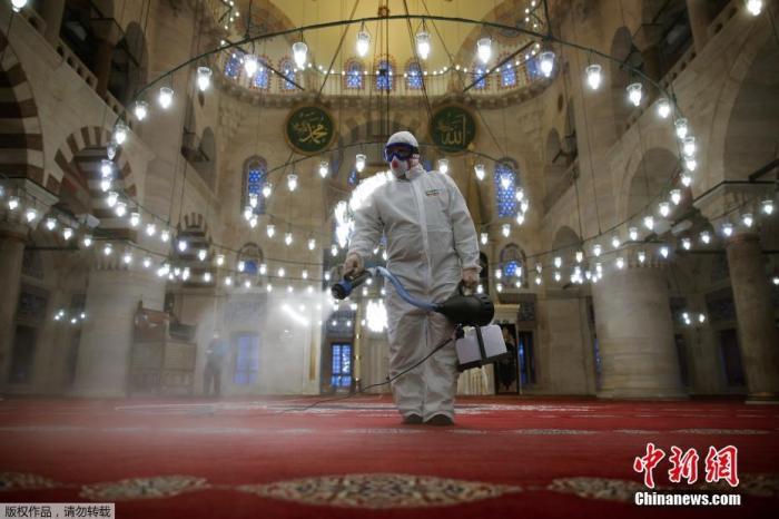 当地时间3月11日,土耳其伊斯坦布尔,一名穿着防护服的市政工人对Kilic Ali Pasa 清真寺进行消毒。