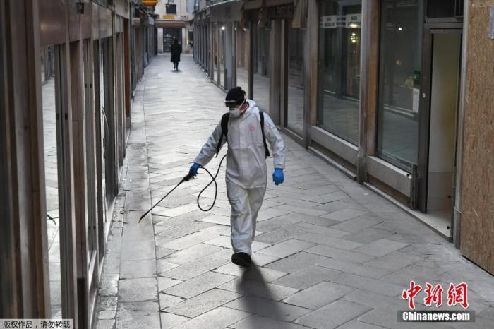 世卫组织最新报告显示,截至欧洲中部时间11日10时,中国以外新冠肺炎确诊病例数达到37371 例,死亡1130 例。其中,意大利确诊病例已经破万,德国确诊病例增至1567例,法国、西班牙的确诊病例也已突破2000例。目前,疫情已蔓延至欧洲40多个国家。随着疫情在全球持续蔓延,世卫组织总干事谭德塞称,新冠肺炎疫情已具有大流行特征。欧洲多国采取积极行动,抗击疫情。图为意大利威尼斯,工作人员在公共区域内喷洒消毒剂。