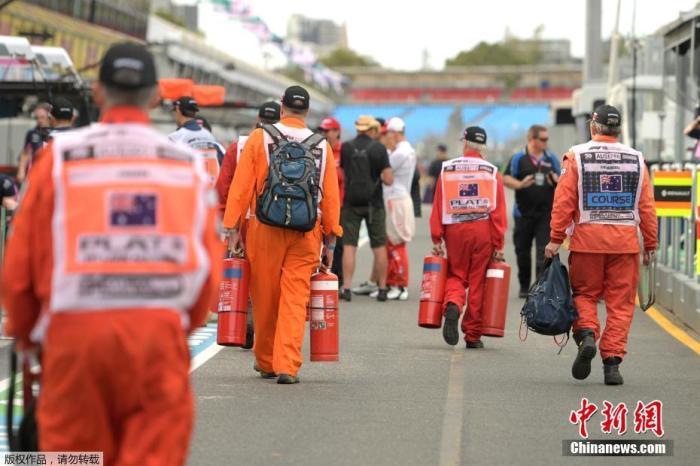 内地时间3月13日,国际汽联官网宣布通告,抉择打消原定于3月13日至15日在澳大利亚举办的F1新赛季揭幕战。图为赛道裁判在得知动静后收拾行李。
