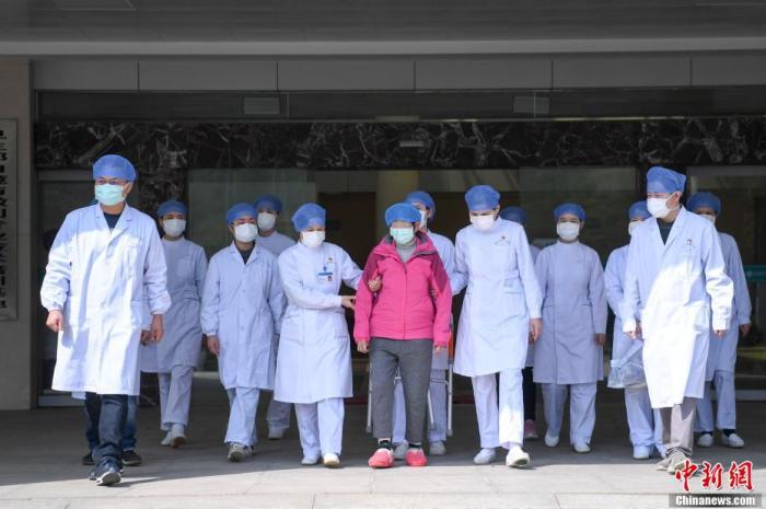 刘女士与医护人员走出病房。 杨华峰 摄