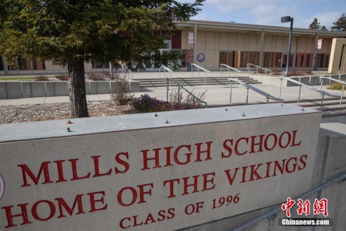 资料图:当地时间3月13日下午,美国北加州圣马刁县的米尔斯高中门口空无一人。记者 刘关关 摄