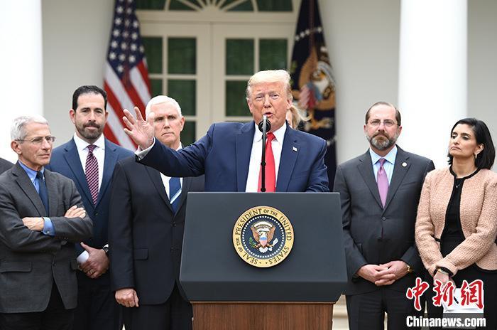 """资料图:当地时间3月13日,美国总统特朗普在白宫宣布""""国家紧急状态"""",应对新冠肺炎疫情。 /p中新社记者 陈孟统 摄"""