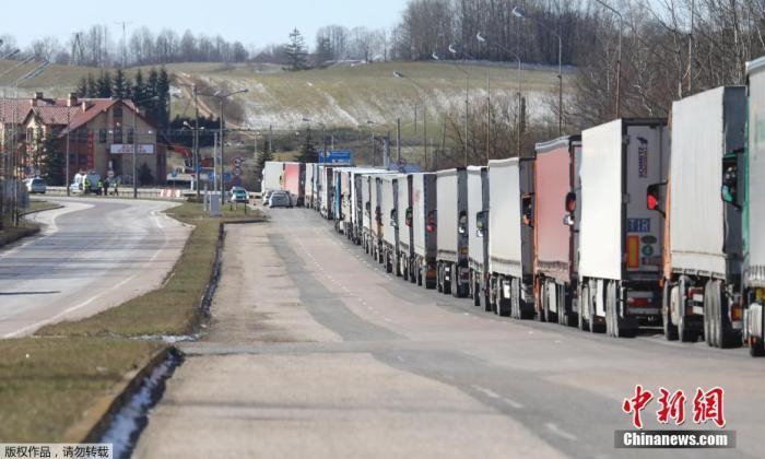 当地时间3月15日,在立陶宛对外国游客关闭边境前,卡车排起长队穿过立陶宛和波兰之间的卡瓦里亚-布兹斯科过境点。据报道,立陶宛政府决定自3月16日零时至3月30日24时实行边境管控,严格限制人员流动。
