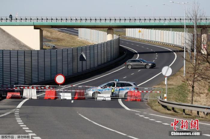 当地时间3月15日,捷克赫拉德克纳德尼苏附近关闭的过境点,一辆汽车掉头。