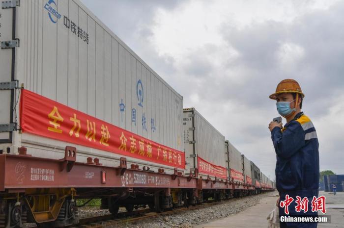 3月16日,装载着395.7吨西瓜、菠萝的10958次冷藏集装箱货物列车从海南省海口南站出发,驶向湖北省荆州市。这是海南开行的首趟冷藏集装箱货物列车,也是海南第三班支援湖北物资铁路专列。中新社记者 骆云飞 摄