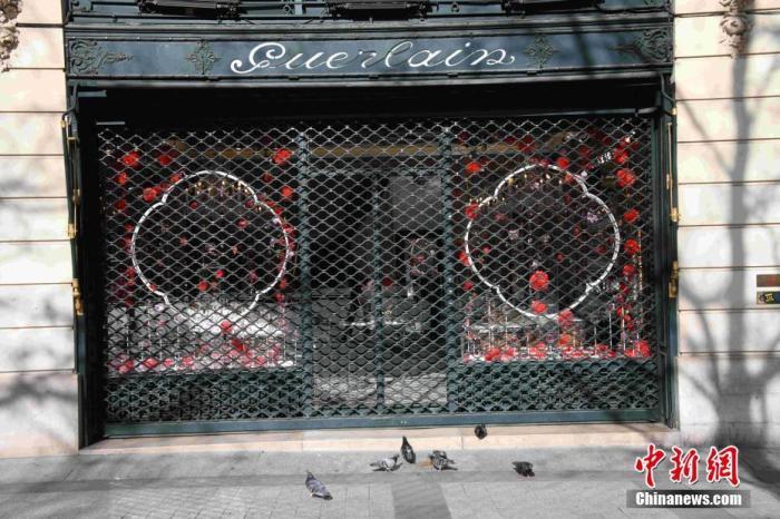 """当地时间3月15日,法国巴黎进入防范新冠肺炎疫情工作最高阶段(第三阶段),关闭所有""""非必需""""公共场所。餐馆、酒吧、咖啡馆等当天开始全部关闭。图为巴黎香榭丽舍大街的一家当天关闭的店铺。 <a target='_blank' href='http://www.chinanews.com/'>中新社</a>记者 李洋 摄"""