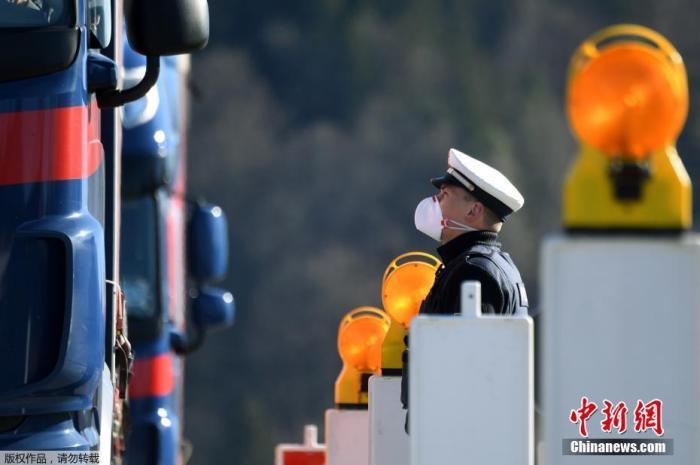 当地时间3月16日,在德国与奥地利之间的过境点,一名德国警察正在询问过境的卡车司机。当日,德国对周边五个国家的边境实施了管制。