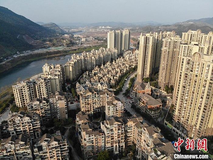 3月16日,中国国家统计局发布数据:2020年1-2月份,全国房地产开发投资10115亿元人民币,同比下降16.3%。其中,商品房销售面积8475万平方米,同比下降39.9%。图为四川省达州市一处大型小区。(资料图) <a target='_blank' href='http://www.chinanews.com/'>中新社</a>记者 张浪 摄