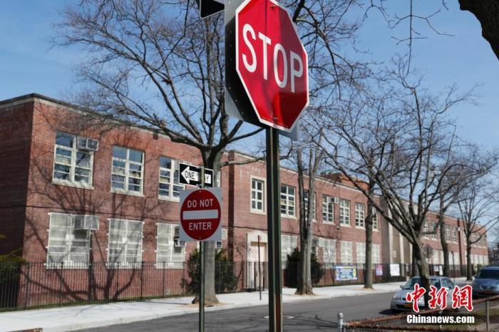 当地时间3月16日起,为应对新冠肺炎疫情,纽约市关闭公立学校,100多万学生受到影响,关闭至少持续至4月20日。图为美国纽约市皇后区一间关闭中的公立学校。 /p中新社记者 廖攀 摄