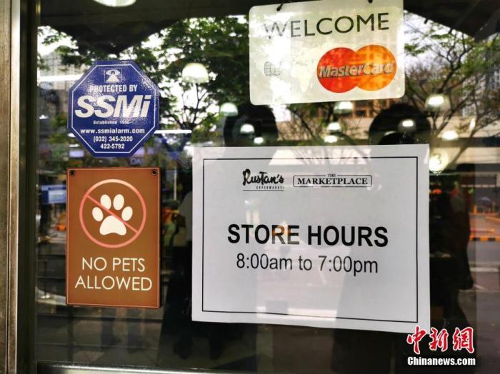 """3月16日,马尼拉顶级商圈Greenbelt1-5商场全部关闭,商场内的连锁生活超市Rustan's早8点到晚7点营业,需测量体温后方可进入。当天是菲律宾总统杜特尔特宣布首都大马尼拉地区、从3月15日起实行30天""""社区限制性隔离""""后的第一个工作日。""""围城""""马尼拉城内商圈,处处可见""""关门(Closed)""""告示,街头车少人稀。 <a target='_blank' href='http://www.chinanews.com/'>中新社</a>记者 关向东 摄"""
