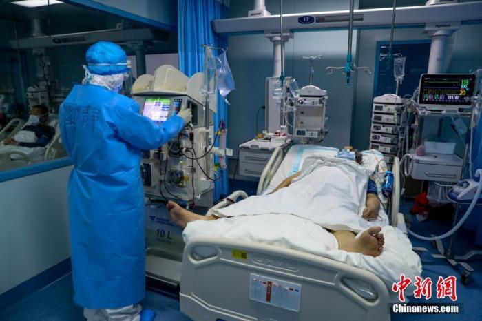 3月16日,医护人员在武汉大学人民医院东院ICU病房中工作。武汉大学人民医院东院是武汉市新冠肺炎重症患者的定点收治医院之一,该院接受的均为重症和危重症患者。 <a target='_blank' href='http://www.chinanews.com/'>中新社</a>记者 张畅 摄