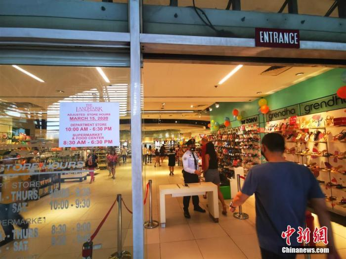 马尼拉CBD马卡蒂LANDMARK商场,营业时间已调整为上午10时到下午6时半,不见往日排队进场的队伍,商场里服务人员多过顾客。 <a target='_blank' href='http://www.chinanews.com/'>中新社</a>记者 关向东 摄