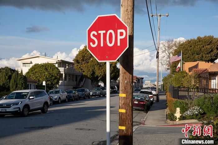当地时间3月16日,一辆汽车驶过美国旧金山湾区米尔布雷街头。美国旧金山湾区6个县当日宣布实施出行禁令,要求居民在接下来的三个星期内尽可能留在家中,并与他人保持一定距离。中新社记者 刘关关 摄