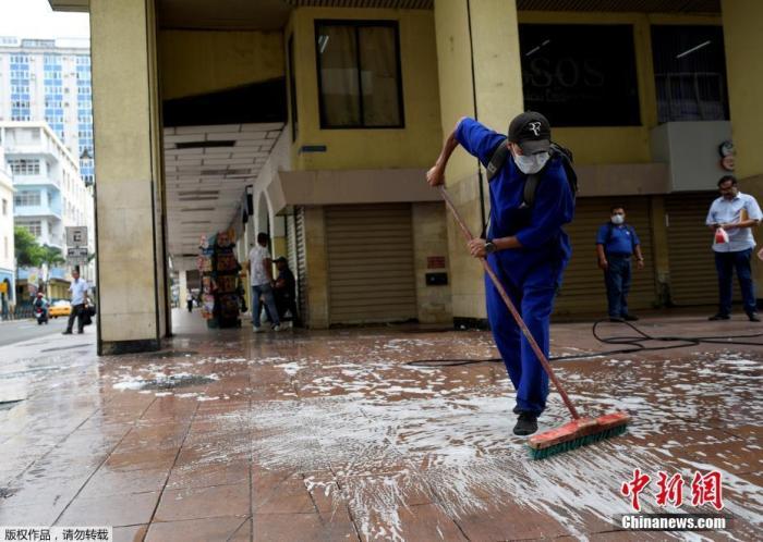 当地时间3月17日,厄瓜多尔首都瓜亚基尔,一名市政工作人员在清理人行道。