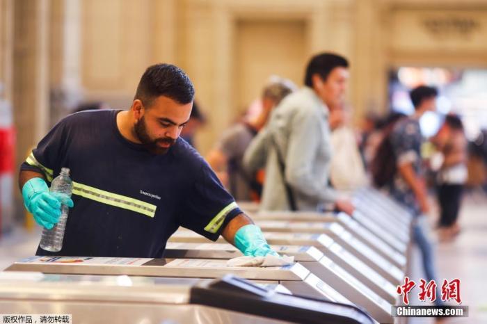 当地时间3月17日,在阿根廷首都布宜诺斯艾利斯的宪法火车站,别名做事人员正在清算刷卡机。