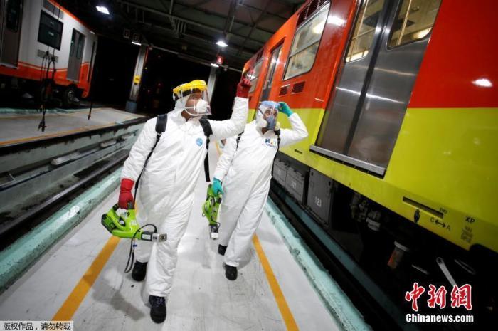 内地时间3月17日,墨西哥墨西哥城,事恋人员在地铁车厢外举办消毒。