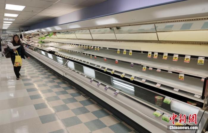 資料圖:當地時間3月17日,美國舊金山灣區圣馬特奧縣一家超市的多種商品供不應求。<a target='_blank' href='http://www.qhxly.com.cn/'>中新社</a>記者 劉關關 攝