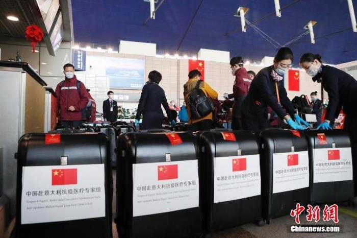 3月18日,东航第二架援外抗疫专家组包机MU7041航班从上海浦东机场起飞,运送第二批中国赴意大利抗疫医疗专家组一行13人和17.3吨物资飞往意大利米兰,物资包括当地急需的医疗救治物品,包括呼吸机、监护仪、双通道输液泵等ICU装备、便携式彩超 、实验室检测试剂和防护物资、常用药品等。/p中新社记者 殷立勤 摄