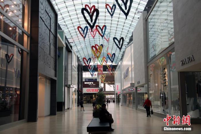 当地时间3月18日,加拿大多伦多大型商场约克戴尔(Yorkdale)购物中心内一片冷清,商场内绝大部分商铺已停业。鉴于新冠肺炎疫情日益严峻,加拿大官方连日来呼吁民众减少外出、避免聚集。多伦多所在的加拿大人口第一大省安大略省则于17日宣布进入紧急状态,关闭各类市政服务设施。<a target='_blank' href='http://www.chinanews.com/'>中新社</a>记者 余瑞冬 摄