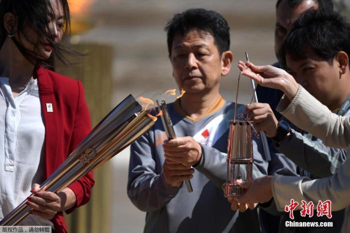 当地时间3月19日,2020年东京奥运会圣火交接仪式在雅典帕纳辛奈科体育场进行。图为图为东京奥组委代表井本直步子点燃火种。