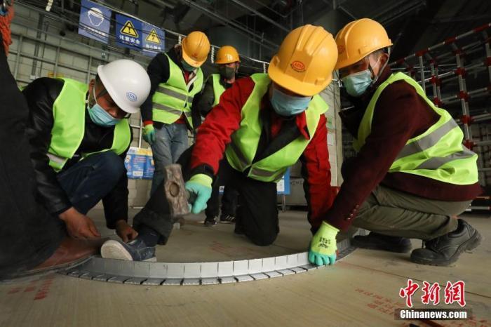 3月18日,北京环球度假区项目工地现场,工人在进行施工。 记者 蒋启明 摄