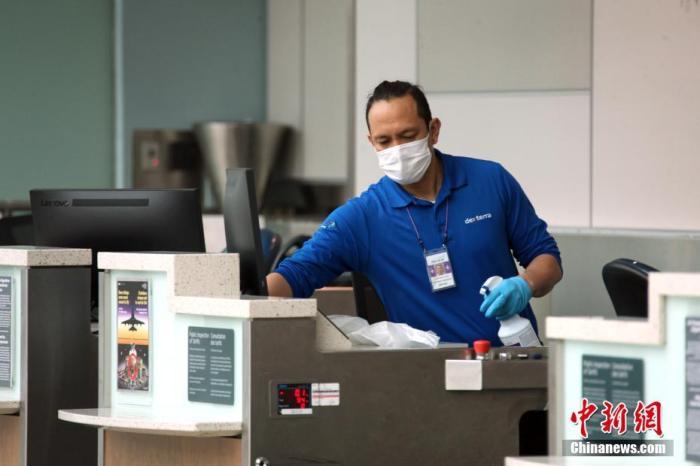 内地时间3月18日,加拿大多伦多皮尔逊国际机场,一位事恋人员戴着口罩为值机柜台举办洁净、消毒。为防控新冠肺炎疫情,加拿大对非加国国民或永久住民的入境禁令从当日起生效。政府同日公布,加拿大与美国之间的领土也将有限度封锁,出于休闲和旅游目标的跨境将不被答允。/p阳光在线官网记者 余瑞冬 摄