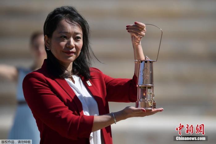 当地时间3月19日,2020年东京奥运会圣火交接仪式在雅典帕纳辛奈科体育场进行。图为井本直步子托起火种。