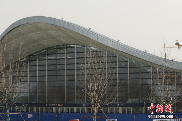 """3月18日,北京地铁环球度假区站。北京国际度假区有限公司城市大道项目高级项目总监董学全当日表示,2月9日北京环球度假区项目各建设标段陆续复工,到目前已全面复工复产,现场管理人员及工人员总数超过1.4万人。他透露,目前环球影城主题公园已进入设备安装调试阶段,度假区内的酒店、商业建筑、配套服务建筑均已结构封顶,正在进行机电安装、装修与园林等工程,""""年内完工的整体计划未受明显影响,力争明年如期开园。"""" 记者 蒋启明 摄"""