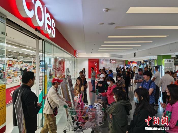 当地时间3月19日,澳大利亚总理斯科特·莫里森在堪培拉宣布,从3月20日晚9时开始,所有非澳大利亚公民(不包括永久居民及亲属),将完全禁止进入澳大利亚。图为悉尼市民在购买生活用品。<a target='_blank' href='http://www.chinanews.com/'>中新社</a>记者 陶社兰 摄