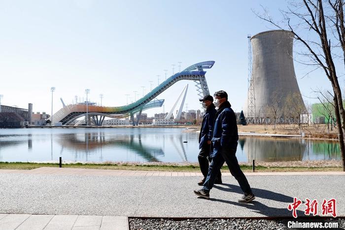 3月19日,市民在首钢园区内散步。到2021年底前,位于新首钢地区的冬奥支线、首钢滑雪大跳台配套设施、北京冬奥会注册中心等5个重点项目将建成。<a target='_blank' href='http://www.chinanews.com/'>中新社</a>记者 韩海丹 摄
