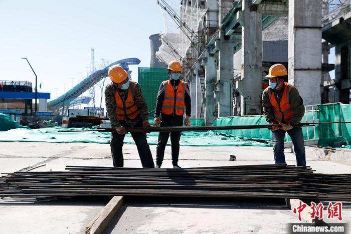 3月19日,工人在首钢滑雪大跳台配套设施工地工作。到2021年底前,位于新首钢地区的冬奥支线、首钢滑雪大跳台配套设施、北京冬奥会注册中心等5个重点项目将建成。<a target='_blank' href='http://www.chinanews.com/'>中新社</a>记者 韩海丹 摄