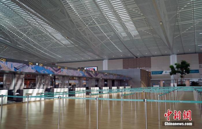 3月20日,韩国仁川国际机场,入境人员大幅减少,诸多柜台已关闭。中新社记者 曾鼐 摄